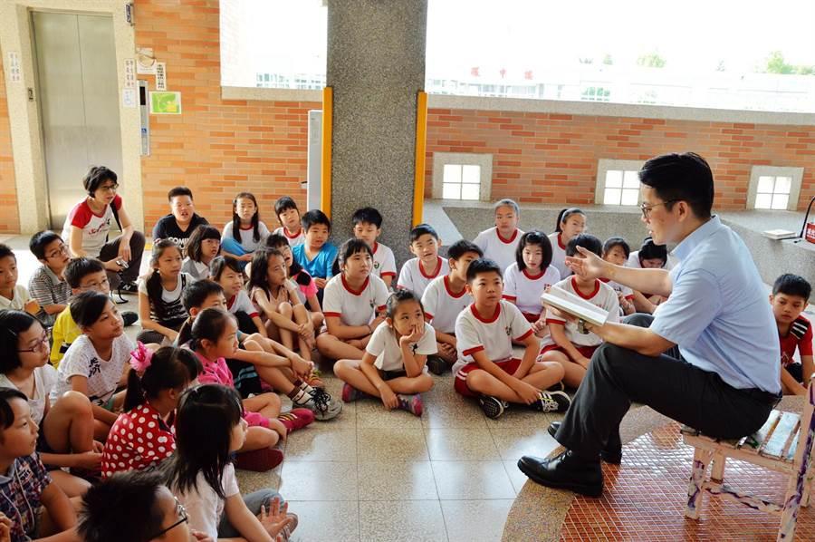 台中市西屯區泰安國小校長劉益嘉表示,與學生分享其中的一則故事《火龍媽媽的母親節》,小朋友聽得津津有味。(盧金足攝)