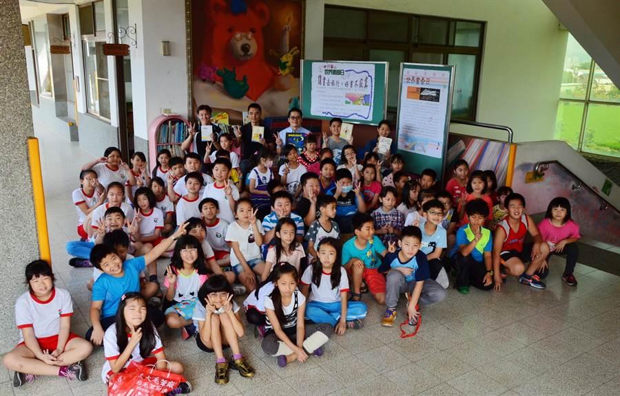 4月23日是「世界書香日」,台中市西屯區泰安國小全校師生一起響應國際性閱讀日。(盧金足攝)