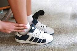 襪子鬆脫滑落被記過 國中生爆料引議