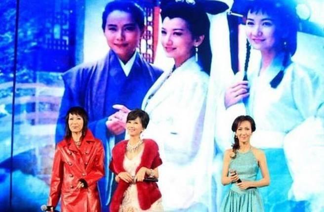 時隔20年後,白素貞、許仙、青兒破天荒合體春晚。(圖/取材自微博)