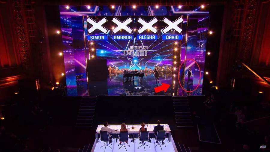 Nicholas Bryant帶領其他樂手和他共同完成演出(圖片取自youtube/Britain's Got Talent)
