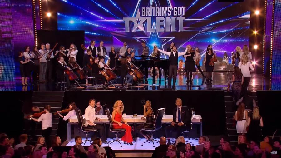 英國達人秀現場頓時成為大型演奏廳 氣勢磅礡(圖片取自youtube/Britain's Got Talent)