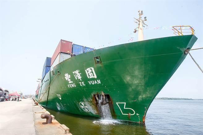 台灣港務公司在安平港1號通棧設置中南部唯一海運快遞專區,積極布局兩岸航線,提供低成本、穩定航班及快速通關的海運物流服務模式。(黃仲裕攝)