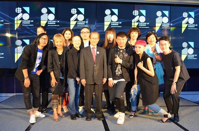 嶺東科大董事長張天津與學校新聘的12位時尚大師合影,盼透過時尚學院讓台灣時尚產業發光發熱。(林欣儀攝)