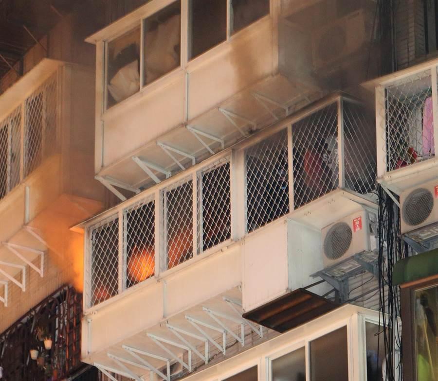 大樓9樓冒出火煙。(趙雙傑攝)