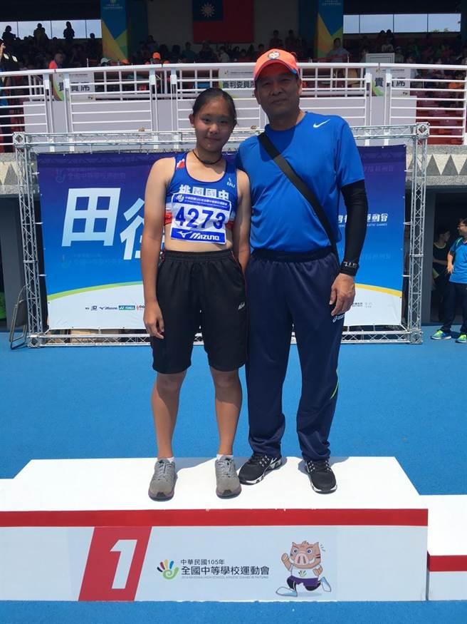 2016年前標槍國手洪寶全(右)的女兒洪吉嫻(左)在台東全中運初試啼聲即奪得國女組鏈球冠軍。(資料照/台東縣政府提供))