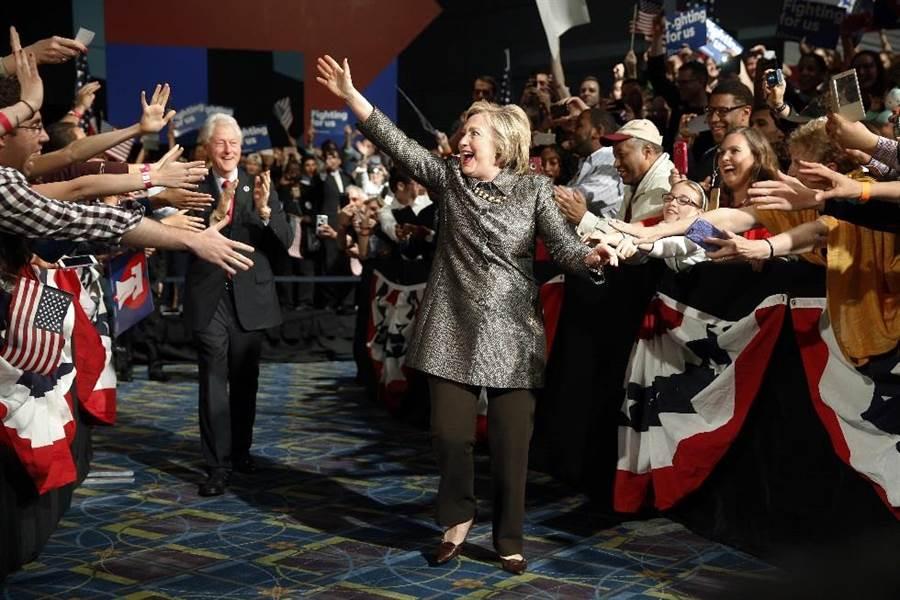 希拉蕊4月26日在費城舉行競選集會。(美聯社)