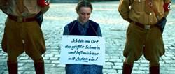 「我是跟猶太人亂搞的母豬 」 女子跪地遭恥笑