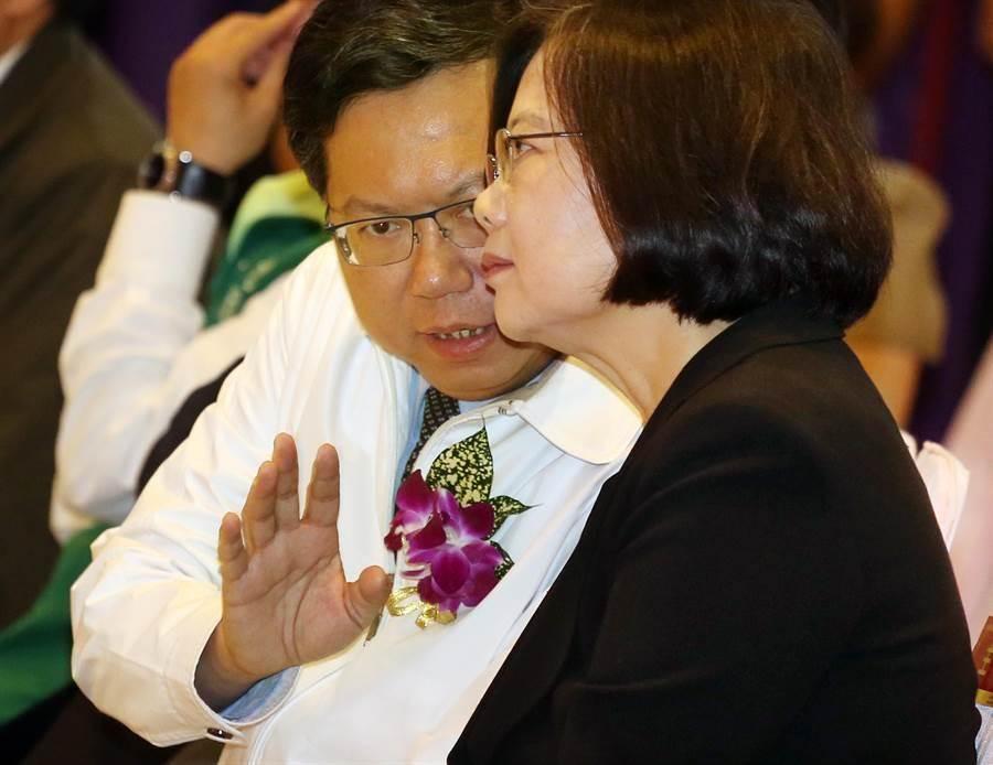 蔡英文(右起)不時與桃園市長鄭文燦低聲交談。(范揚光攝)