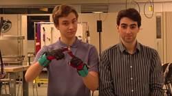 他們研發的這個手套 竟可以幫助無數失聰人士