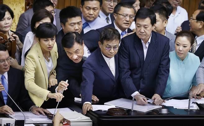 院長蘇嘉全(前排 中左)見狀無法解決,衹好彎腰用旁邊的麥克風宣布休息。(姚志平攝)