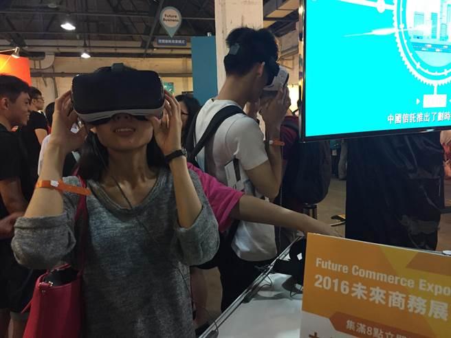 未來商務展中各處都有不少VR頭盔可體驗。(圖/黃慧雯攝)