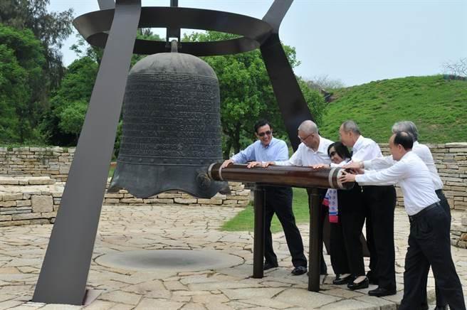 馬英九總統(前)等人敲響和平鐘,期望台海永續和平繁榮。(李金生攝)