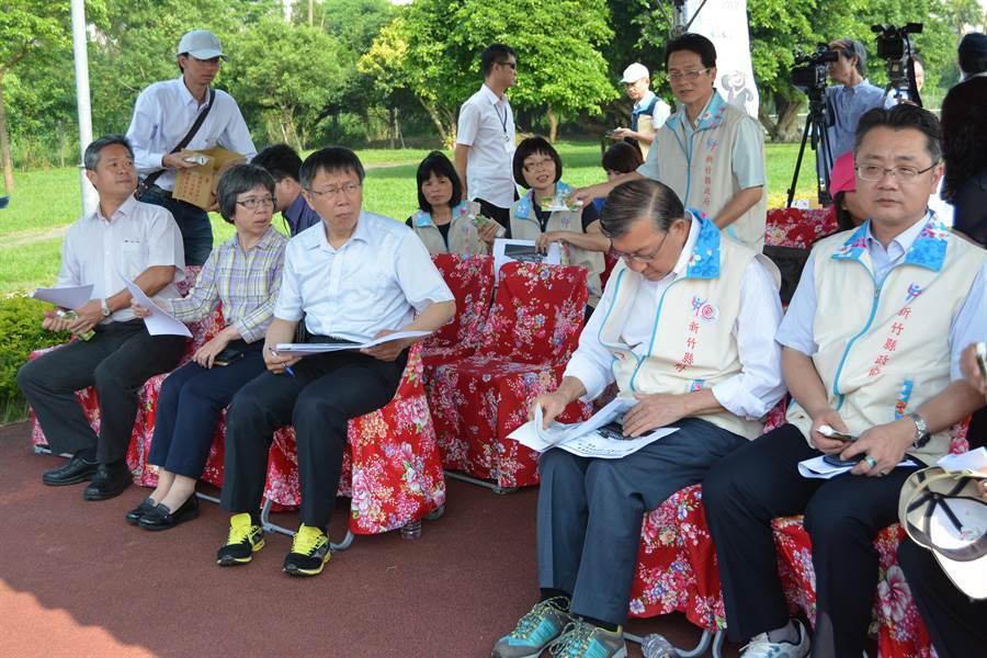 台北市長柯文者(前排左三)今下午至新竹縣,會勘2017世大運場地。(莊旻靜攝)