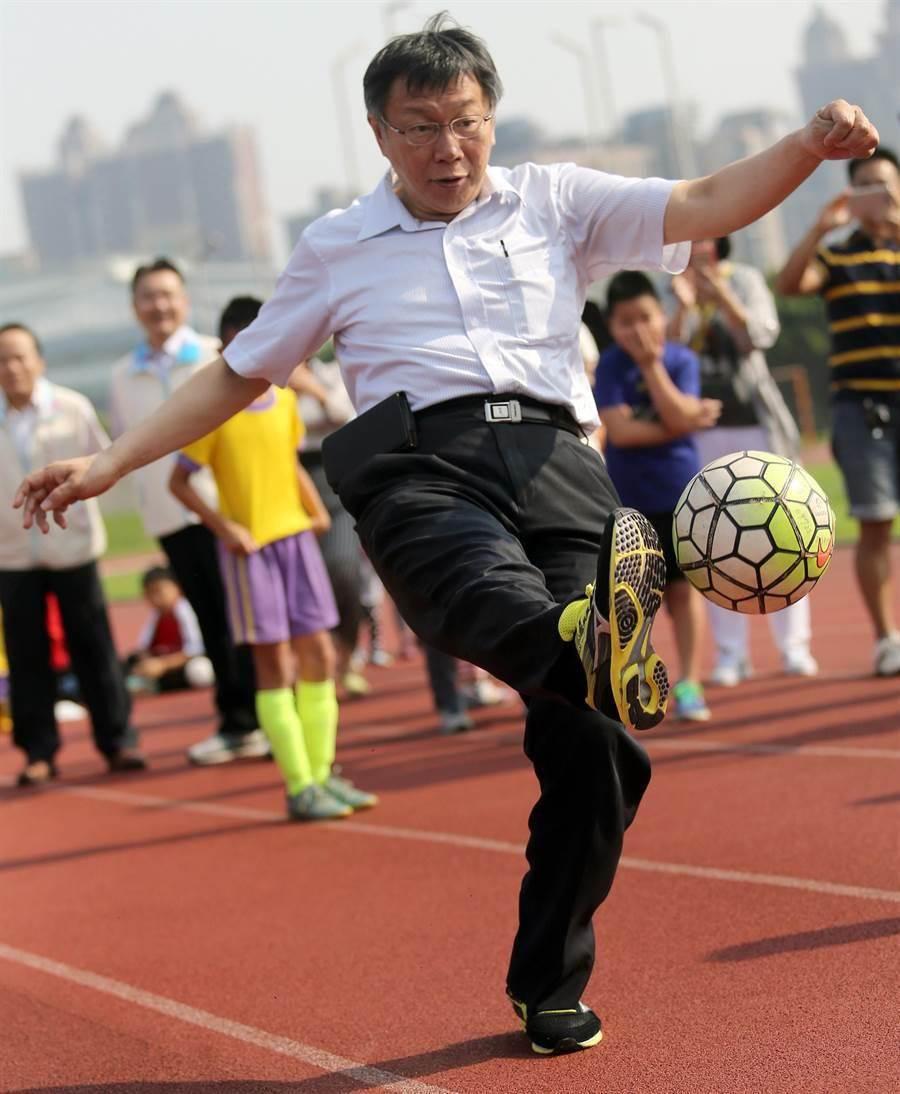 柯文哲當場玩起足球PK戰。(范揚光攝)