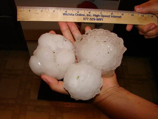 美國奧克拉荷馬州勞頓卡湖北邊29日降下巨大冰雹。(摘自Katie Western推特網頁,Kristal Moreland Coope攝影)