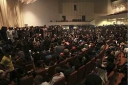 伊拉克數千名示威者 衝進國會大廈