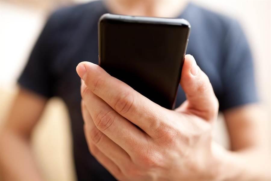 iPhone將導入OLED面板的新聞近日層出不窮,究竟現有面板與OLED面板之間有何差異呢?。(圖/達志影像)