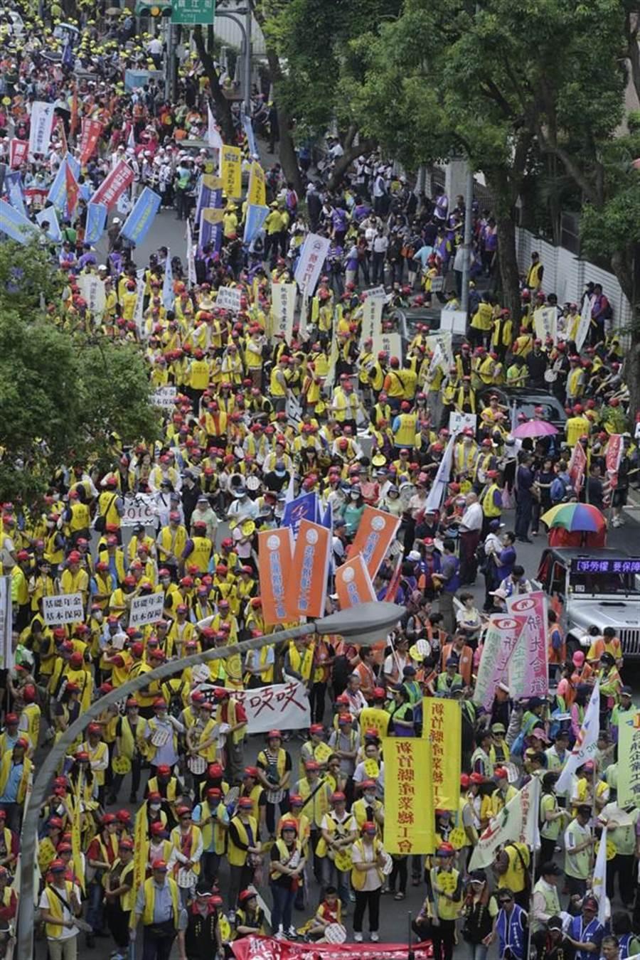 萬名勞工上街遊行提九大訴求。(方濬哲攝)