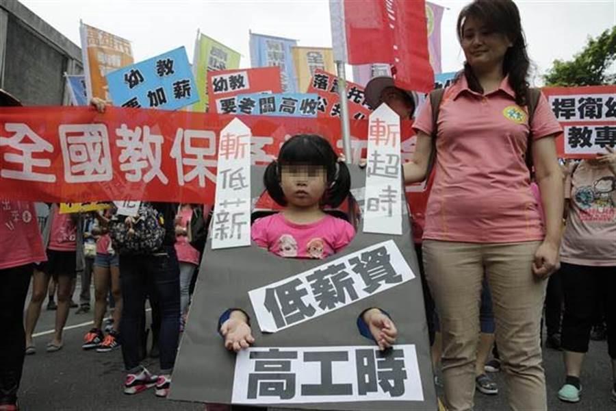 2016五一勞工大遊行今中午在民進黨黨部集合,在高喊口號「爭勞權、要保障」之後,超過萬人隊伍一同往凱道出發。(方濬哲攝)