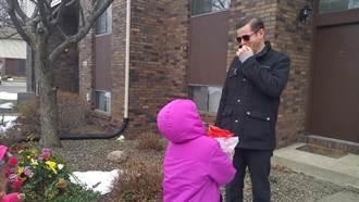 第一次看見孩子瞳孔顏色 色盲爸爸反應令人淚崩