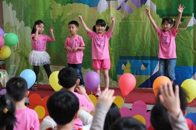 永和區頂溪國小特地舉辦「嬉遊在雲端,Let's Play On Cloud」幼小銜接親子體驗學習活動。(葉書宏翻攝)