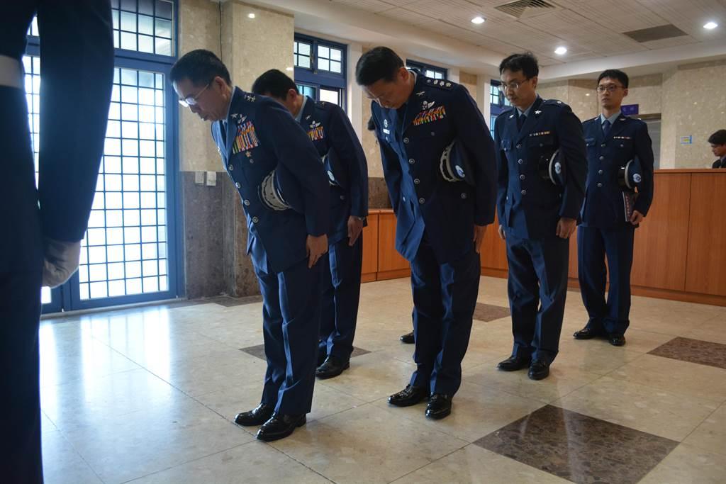 劉守仁副司令代表軍方向張光明將軍致意,期望老前輩保佑中華民國空軍繼續壯大。(許劍虹攝)
