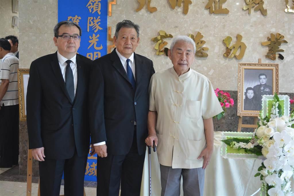 張光明將軍的兩位兒子張昭(左)、張朗(中)與出席歸葬儀式的高志航將軍之子高耀漢(右)合影。(許劍虹攝)
