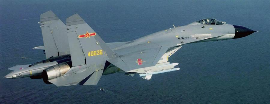 大陸殲11戰機主要空防戰機,除了空軍,在遼寧號航艦上的也是使用同款戰機。(圖/美聯社)
