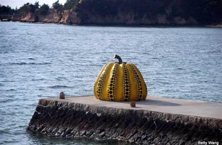 草間彌生其中最具知名度的《南瓜系列》作品,透過在公共空間的展示,讓作品與人的距離更為貼近。(時報旅遊提供)