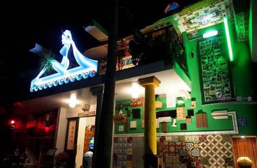 「直島錢湯的大門」屋頂上有大大的ゆ與顯目的裸女圖案,在夜晚看起來更風情萬種,也成為了「I♥U」的鮮明標誌。(蝶的一期一會部落格提供)