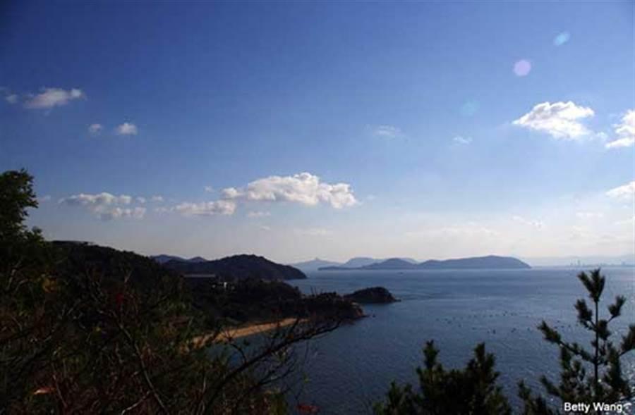 「瀨戶內海」是分開日本主要的兩個島本州和四國的海峽,因近年來人口減少於是透過當代藝術來帶起旅遊業,將被棄置的老房子,轉換成獨特風格的展覽空間。(時報旅遊提供)