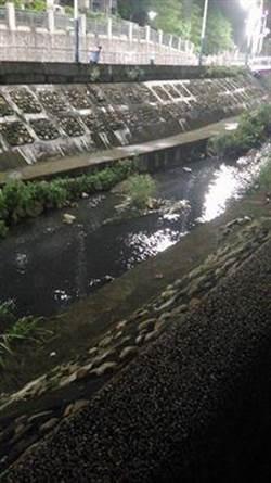 五股坑溪又遭排廢染黑 已是2周內第3起