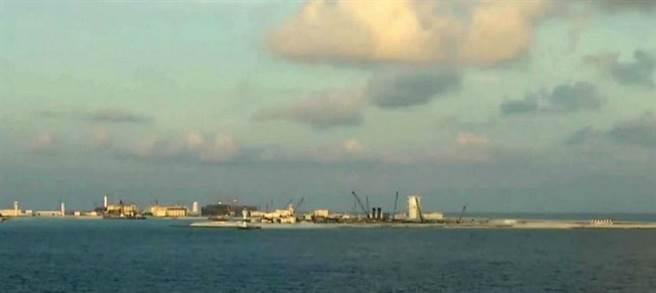永暑礁建設已具雛形,猶如海上航空母艦。(圖/CCTV軍事頻道)