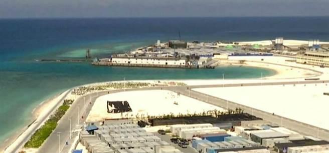 永暑礁上已具有燈塔、碼頭、跑道等基礎設施。(圖/CCTV軍事頻道)