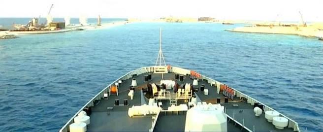 兩萬噸軍艦靠近,旁邊碼頭依然顯得寬廣。(圖/CCTV軍事頻道)