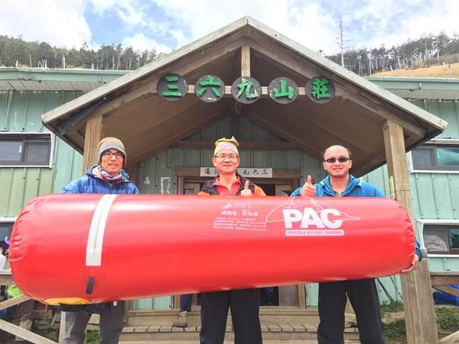 PAC已經於雪山三六九山莊設置完成,圖中為台灣野外地區緊急救護協會李萬吉理事長,圖右為王士豪醫師,圖左為登山教練林政翰。(王士豪醫師提供)