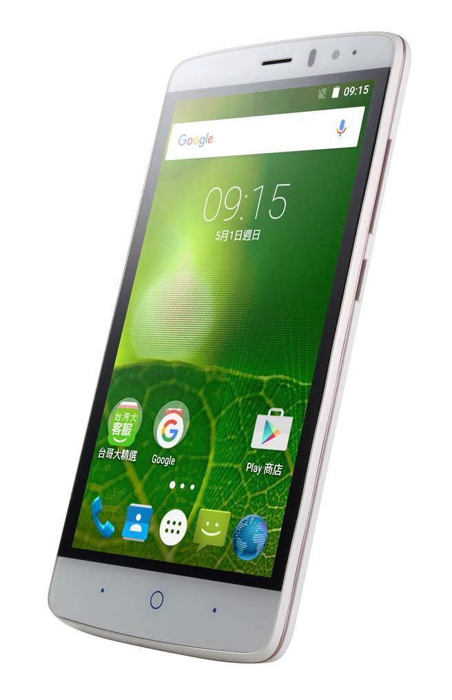 台灣大Amazing X3s配備 5吋螢幕,無論追劇或上Facebook、Line都能一手掌握。(台灣大提供)