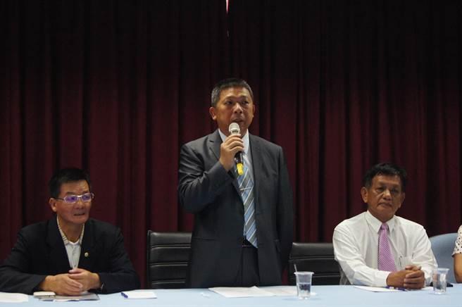 花蓮縣議會議長賴進坤(中)表示,近日將邀請產官學界共同研議,修正議會錄音、錄影管理辦法。(阮迺閎攝)