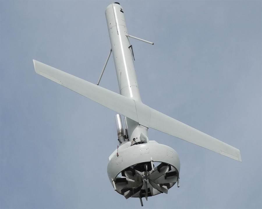 V蝙蝠無人機巧妙的把導風扇裝在機尾,可以同時在成為垂直起飛的昇力,以及水平飛行的推力,一舉兩得。(圖/大眾科學)
