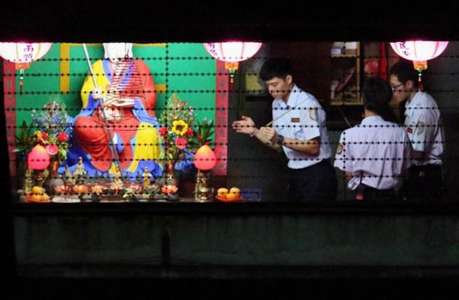 犯下台北捷运4死22伤随机杀人案的杀人犯郑捷,10日遭枪决伏法。执行死刑后,法务人员在地藏王菩萨烧冥纸拜拜。(杨彩成摄)