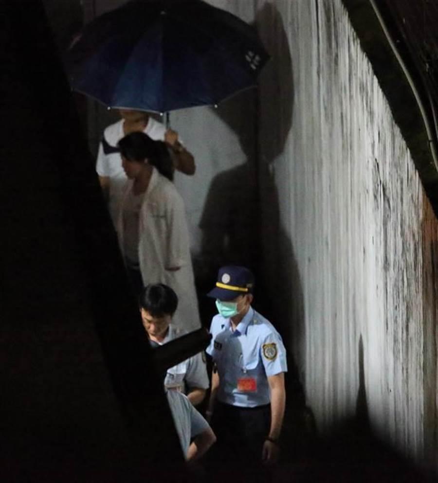 犯下台北捷运4死22伤随机杀人案的杀人犯郑捷,10日遭枪决伏法。执行死刑前,一群法务人员进入刑场。(杨彩成摄)