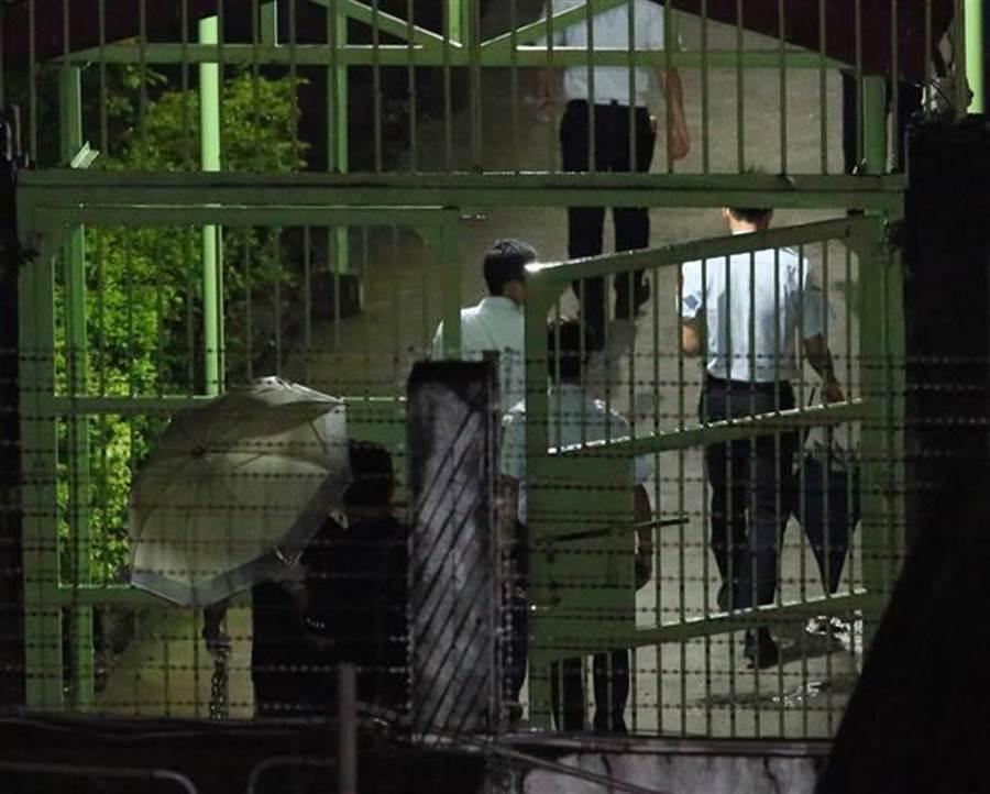犯下台北捷运4死22伤随机杀人案的杀人犯郑捷,10日遭枪决伏法。执行死刑后,法务人员离开刑场。(杨彩成摄)