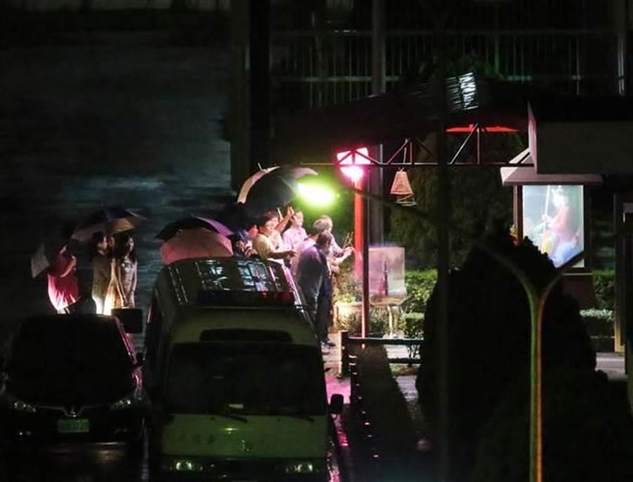 犯下台北捷运4死22伤随机杀人案的杀人犯郑捷,10日遭枪决伏法。执行死刑后,法务人员在地藏王菩萨烧冥纸拜拜。(杨兆元摄)