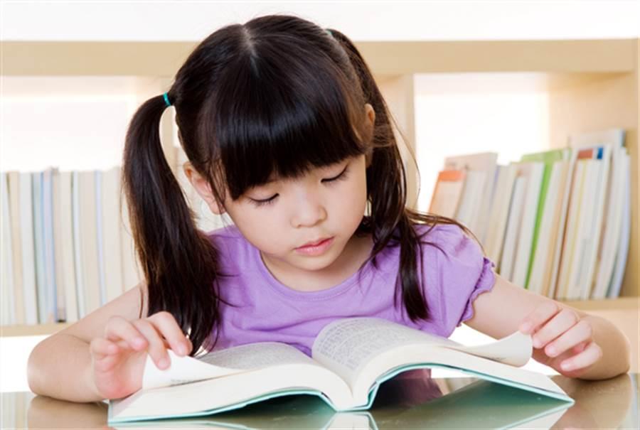 研究發現,睡眠充足的孩子不僅睡眠效率平均提高了2.3%,他們在校的成績分數也出現顯著的進步。圖片來源:健康365