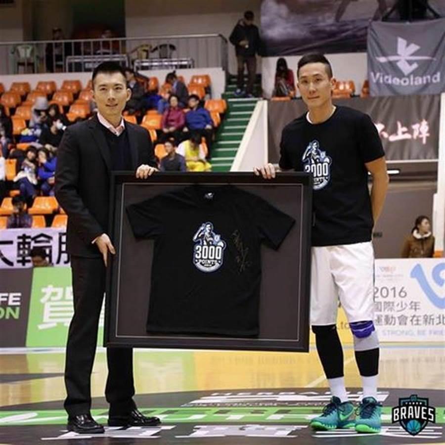 勇士隊長吳永仁(右)是SBL史上首位達成生涯3000分、千助攻、千籃板球員。(取自勇士籃球隊臉書粉絲團)