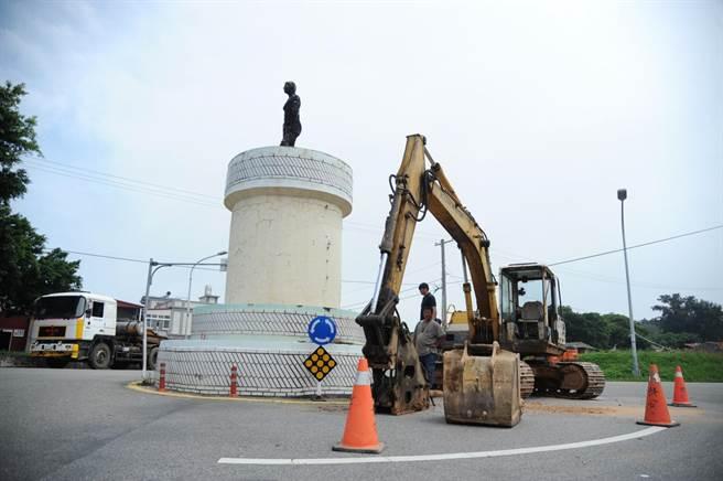 金門馬山、官澳路口圓環,拆除重建前的原貌。(李金生攝)