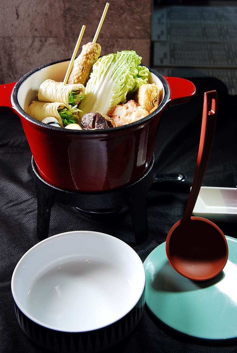〈黑輪吧〉的黑輪,是用小鑄鐵鍋盛裝,下面還點了蠟燭保溫,使台灣平價小吃變「潮」了。(圖/姚舜攝)