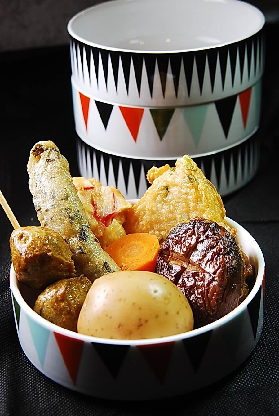 這一碗內的黑輪有:咖哩丸子、九層塔黑輪、香菇燒、鱈魚蔥餅、櫻花蝦片、花枝排,以及雞蛋馬鈴薯和胡蘿蔔。(圖/姚舜攝)
