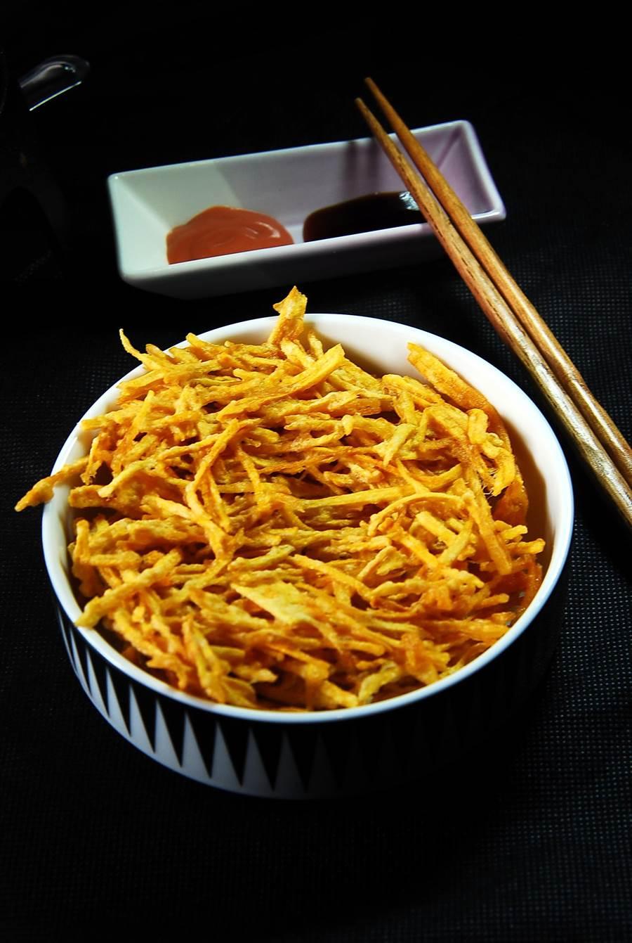 在「黑輪吧」可以一份炸地瓜絲,並以特調沾醬沾著吃食。(圖/姚舜攝)